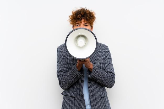 Moda, homem americano africano, sobre, isolado, parede branca, shouting, através, um, megafone Foto Premium