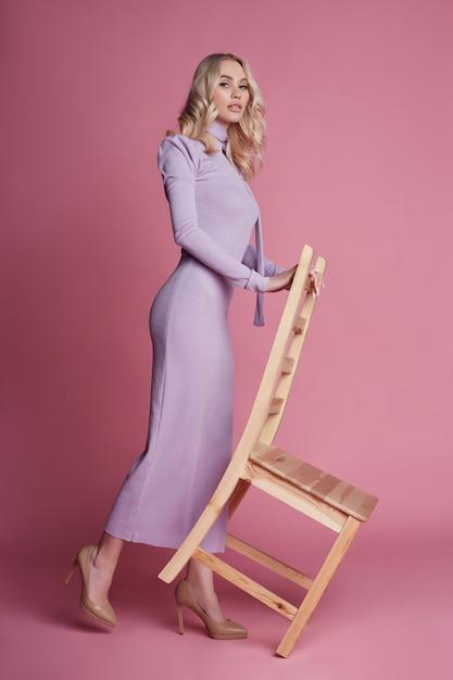 Moda linda mulher loira de vestido longo Foto Premium