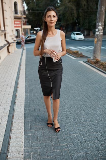 Moda mulher bonita andando pelas ruas da cidade velha Foto gratuita
