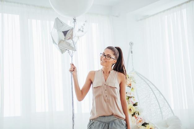 Moda mulher bonita com balões. garota posando. Foto Premium