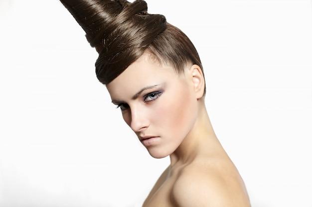 Moda mulher com cabelo estranho vestido maquiagem brilhante isolada no branco Foto gratuita