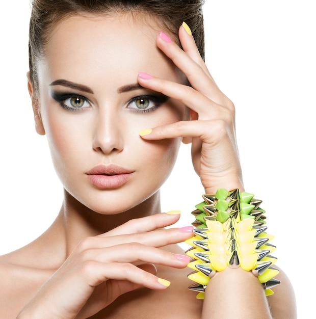 Moda mulher com lindas unhas e joias Foto gratuita