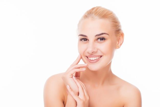Moda mulher loira com rosto lindo - isolado no branco. conceito de cuidados com a pele. Foto gratuita