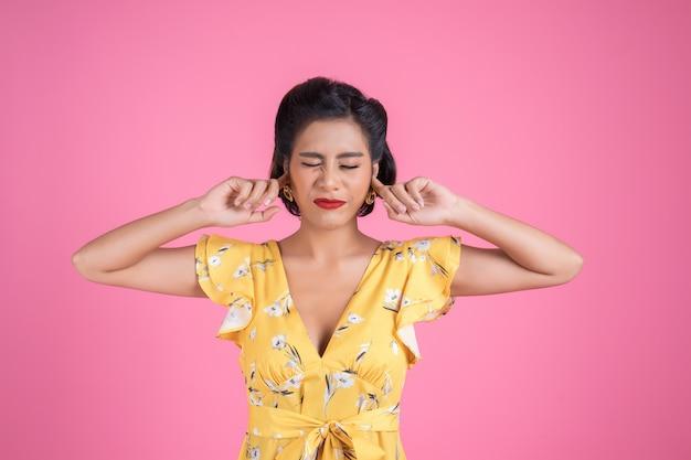 Moda mulher mão cobrir as orelhas dela Foto gratuita