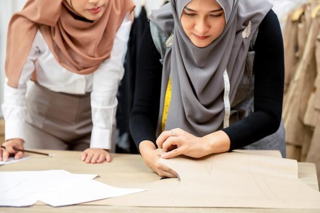 Moda mulher muçulmana designers trabalhando em alfaiataria Foto Premium