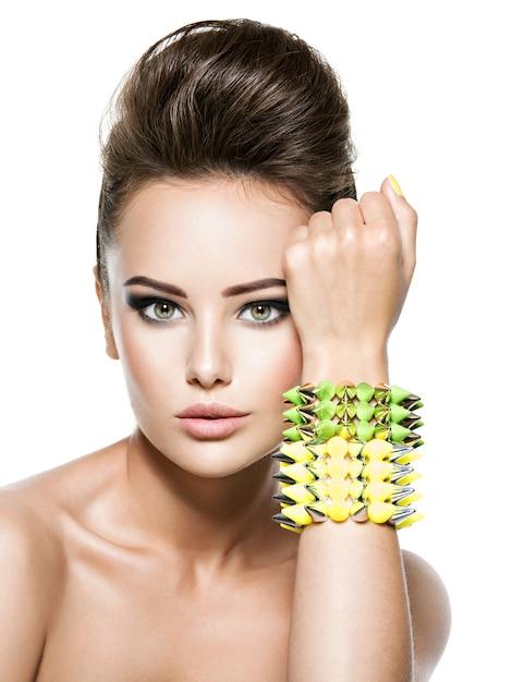 Moda mulher usando pulseira com espinho Foto gratuita
