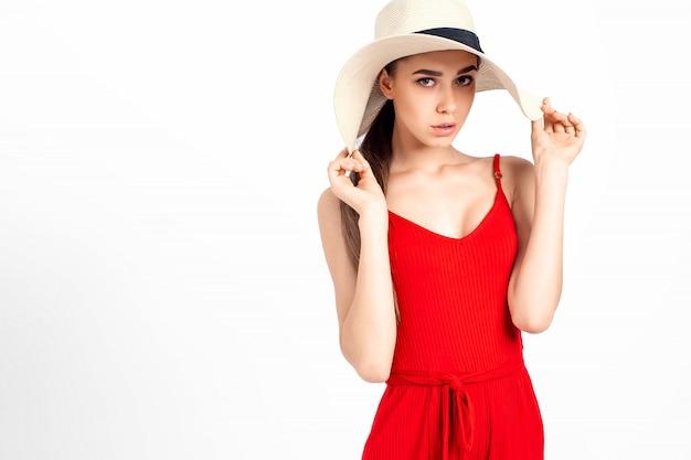 Modelo alegre em pé em roupas elegantes Foto Premium