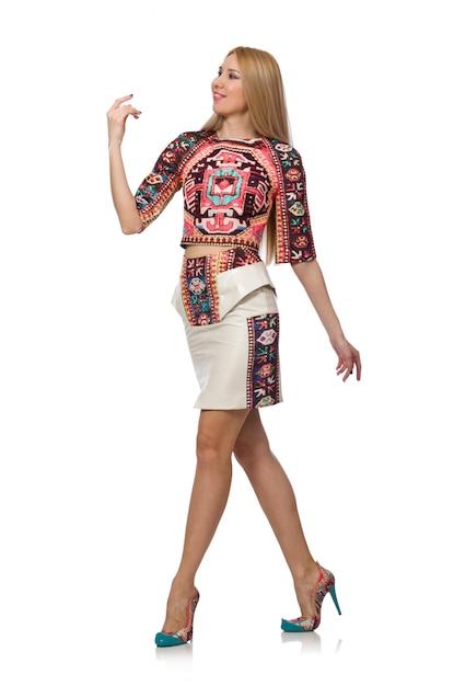 Modelo bonito em roupas com estampas de carpete isolado no branco Foto Premium