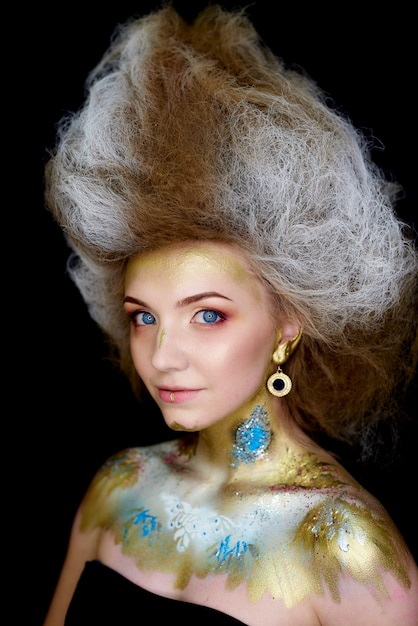 Modelo com lindos olhos azuis com maquiagem Foto Premium