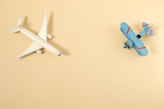 Modelo de avião, avião em fundo de cor pastel Foto Premium