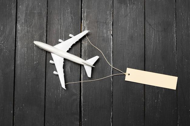 Modelo de avião no fundo de madeira Foto Premium