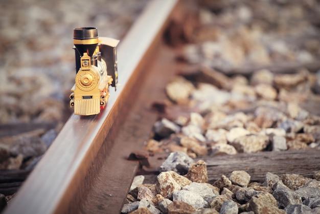 Modelo de brinquedo de trem vintage no trilho. profundidade rasa da composição do campo e da cor suave do vintage. Foto Premium