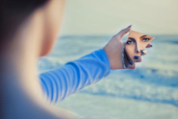 Modelo de cabelos justo feminino no espelho, olhando-se Foto gratuita