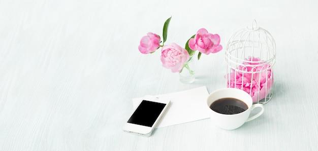 Modelo de cartão de convite com espaço de texto e xícara de café pequeno aroma. Foto gratuita