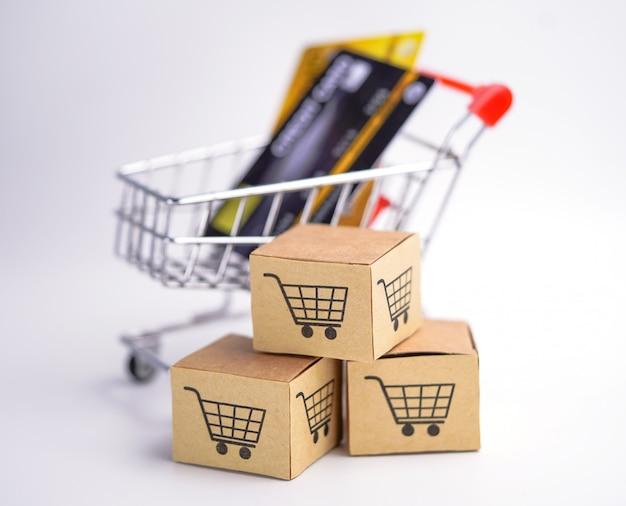 Modelo de cartão de crédito com caixas de carrinho de compras. Foto Premium