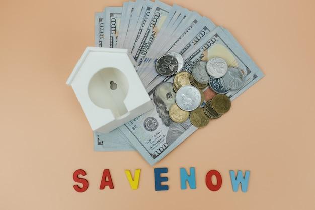 Modelo de casa, colocado nas notas e moedas de dólar Foto Premium