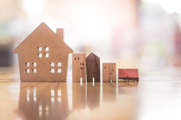 Modelo de casa de madeira na mesa de madeira, um símbolo para a construção Foto Premium