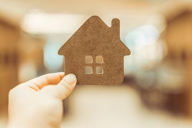 Modelo de casa em agente corretor de seguros em casa Foto Premium