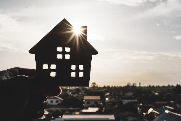Modelo de casa na mão do agente corretor de seguros em casa ou na pessoa do vendedor Foto Premium