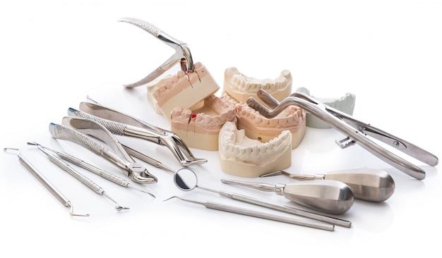 Modelo de gesso de mandíbulas e ferramentas dentárias Foto Premium