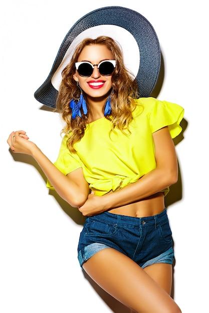 Modelo de glamour elegante mulher jovem e bonita em roupas casuais hipster. menina bonita posando no estúdio Foto gratuita