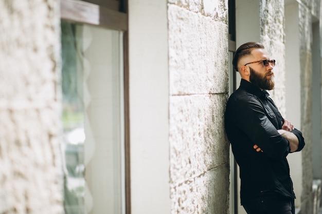 Modelo de homem barbudo na rua Foto gratuita