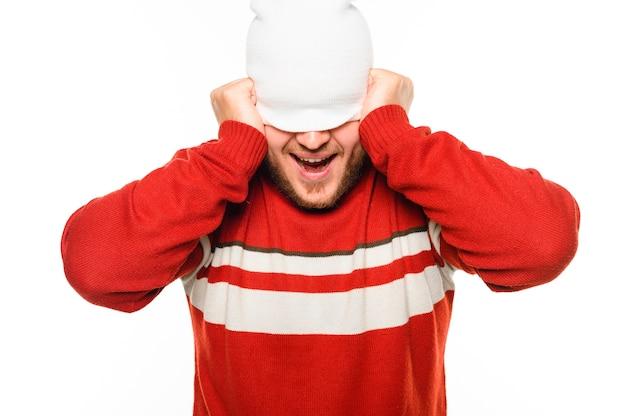 Modelo de inverno, cobrindo o rosto com chapéu Foto gratuita