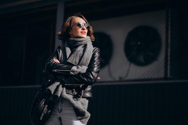 Modelo de jovem de casaco de couro do lado de fora da rua Foto gratuita