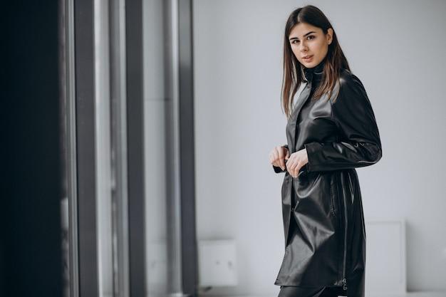 Modelo de jovem mulher vestindo casaco de couro longo Foto gratuita