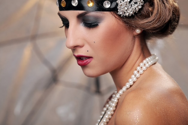Modelo de maquiagem escuro, olhe para baixo Foto gratuita