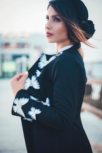 Modelo de moda em casaco de malha quente preto com padrões brancos Foto gratuita