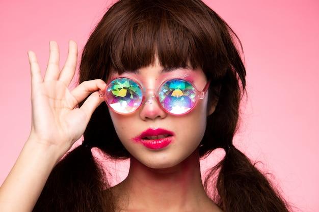 Modelo de moda mulher usar óculos caleidoscópio Foto Premium