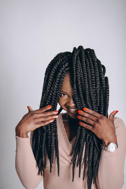 Modelo de mulher afro-americana em estúdio Foto gratuita