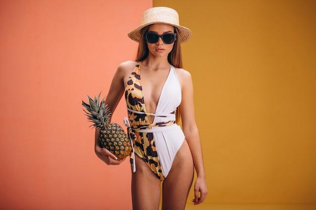 Modelo de mulher bonita em fato de swimminmg isolado Foto gratuita