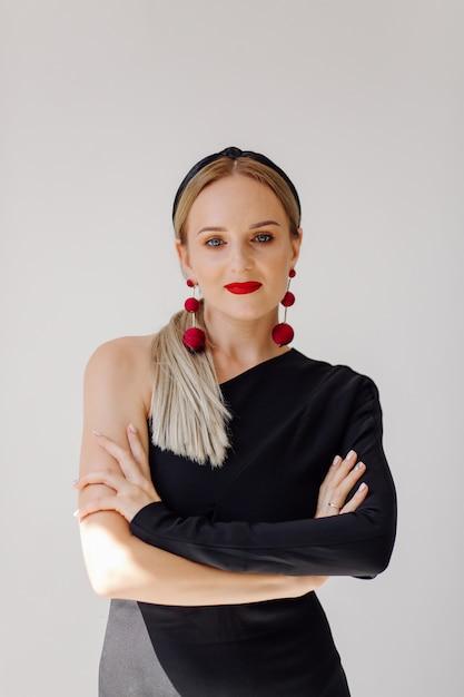 Modelo de mulher bonita posando em vestido elegante Foto gratuita