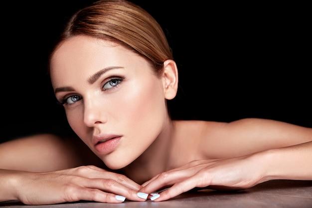 Modelo de mulher bonita sem maquiagem e rosto de pele limpa e saudável em preto Foto gratuita