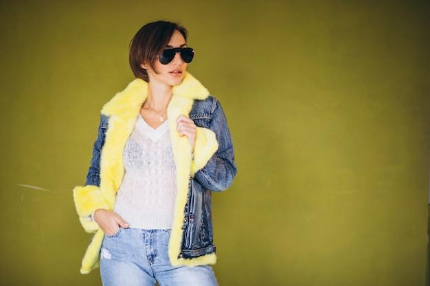 Modelo de mulher demonstrando panos de inverno Foto gratuita