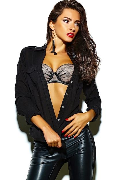 Modelo de mulher morena sexy moda em roupas pretas, isolado no branco Foto gratuita