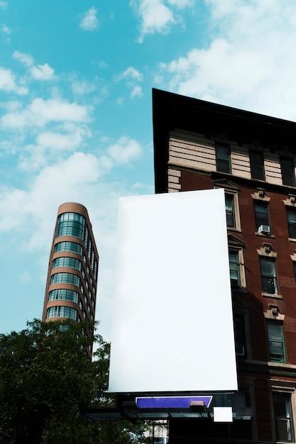 Modelo de outdoor grande na construção na cidade Foto gratuita