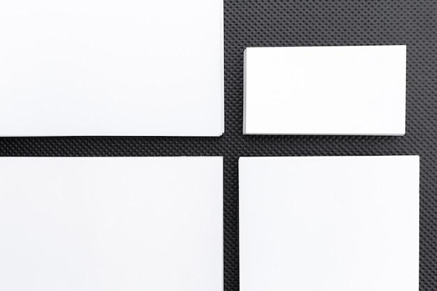 Modelo de papel de carta em branco no preto, mock-up para identidade visual, para apresentações de design Foto Premium
