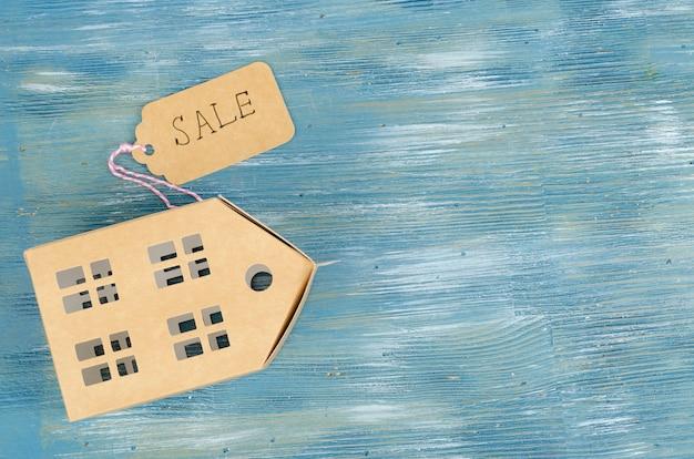 Modelo de papel de edifício residencial com etiqueta de venda Foto Premium