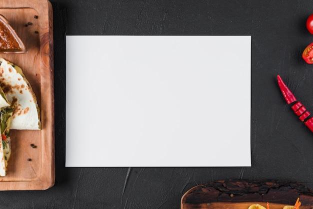 Modelo de papel plana leigos com comida mexicana Foto gratuita