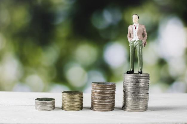 Modelo de pessoas de negócios com moedas de dinheiro Foto Premium