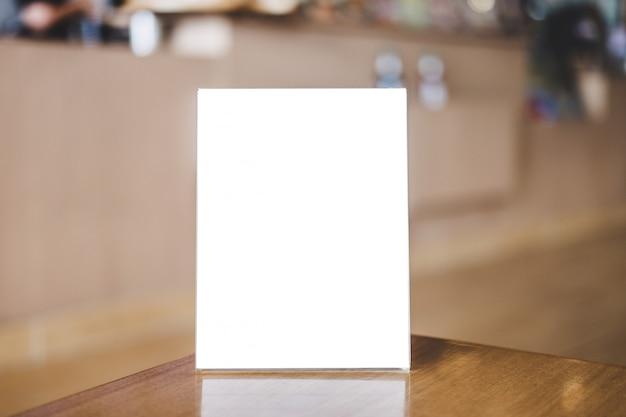 Modelo de quadro em branco acrílico, quadro de menu em branco na mesa no café ou restaurante Foto Premium