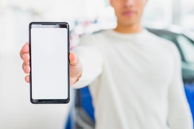 Modelo de smartphone com conceito de negociante de carro Foto gratuita