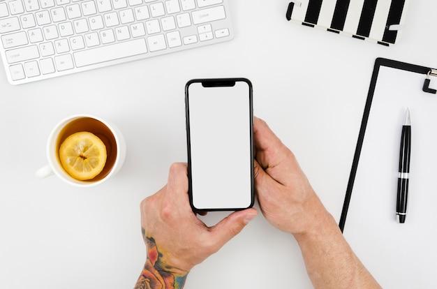 Modelo de smartphone de vista superior sobre o espaço de trabalho Foto Premium