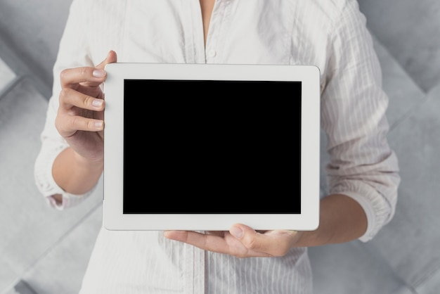 Modelo de tablet apresentando masculino Foto gratuita