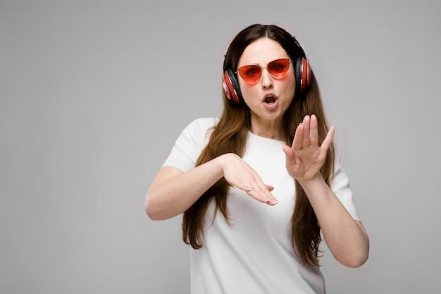 Modelo de tamanho grande em fones de ouvido Foto Premium
