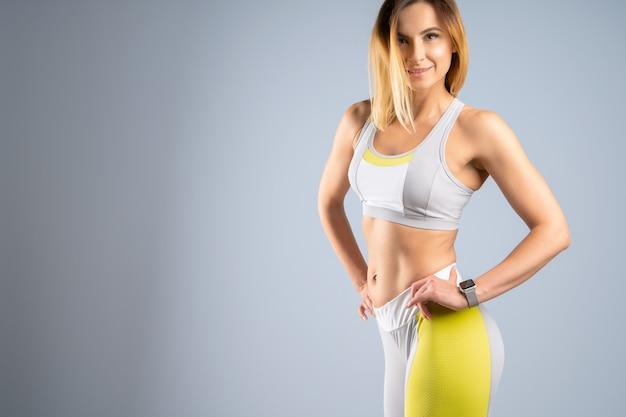 Modelo desportivo caucasiano desportivo jovem apto em fundo cinza Foto Premium