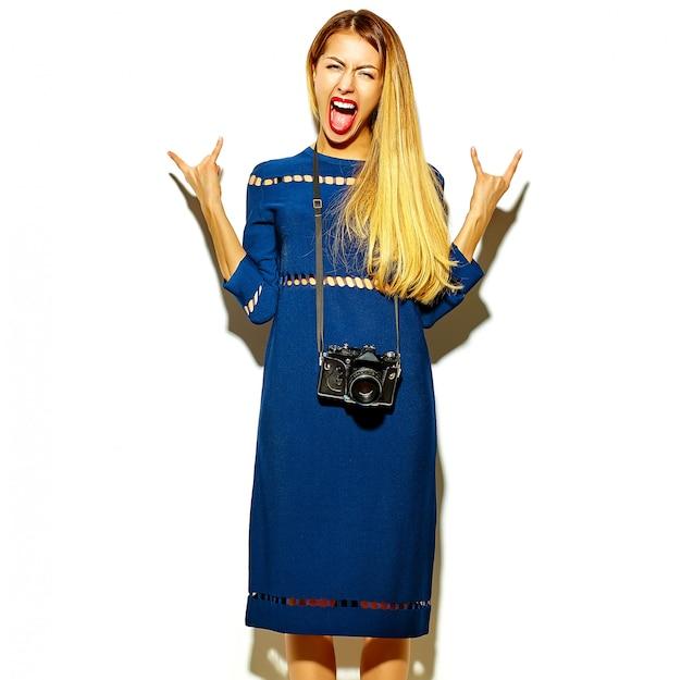 Modelo elegante jovem glamour no verão vestido azul brilhante Foto gratuita
